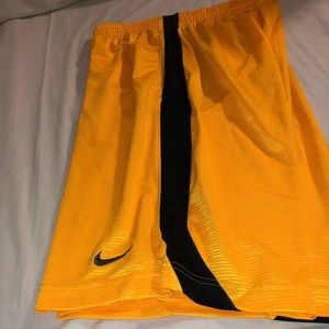 Nike men running shorts in color yellow ansize M